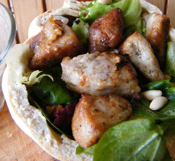 Pan kínder con Ibérico, ensalada y vinagreta casera